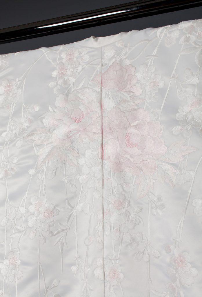 ピンク枝垂れ桜に牡丹